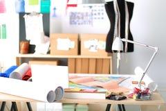 Ο χώρος εργασίας σχεδιαστών με ράβει τα ανδρείκελα, στην αρχή Στοκ Φωτογραφία