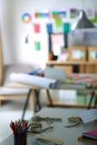Ο χώρος εργασίας σχεδιαστών με ράβει τα ανδρείκελα, στην αρχή Στοκ Φωτογραφίες