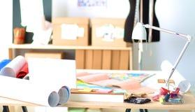 Ο χώρος εργασίας σχεδιαστών με ράβει τα ανδρείκελα, στην αρχή Στοκ φωτογραφία με δικαίωμα ελεύθερης χρήσης