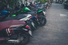 Ο χώρος στάθμευσης για τη μοτοσικλέτα στο σκούρο πράσινο τόνο στοκ φωτογραφίες