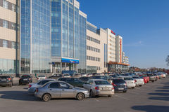 Ο χώρος στάθμευσης μπροστά από μια μεγάλη ρωσική τράπεζα VTB 24, η πόλη Cheboksary, Chuvash Δημοκρατία, Ρωσία 04/25/2016 Στοκ εικόνες με δικαίωμα ελεύθερης χρήσης