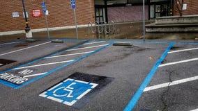 Ο χώρος στάθμευσης οδών για τα με ειδικές ανάγκες άτομα στοκ φωτογραφία με δικαίωμα ελεύθερης χρήσης