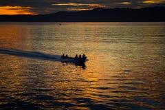 Ο ψαράς είναι κρουαζιέρας στον ωκεανό για την αλιεία στην όμορφη ανατολή Στοκ Φωτογραφία
