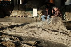 Ο ψαράς και τα δίχτυα του στοκ φωτογραφία
