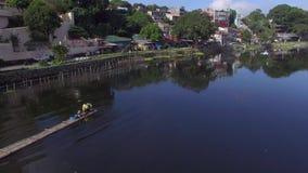 Ο ψαράς λιμνών οδηγεί τη μηχανοποιημένη βάρκα συνόλων μπαμπού Κεραία κηφήνων απόθεμα βίντεο
