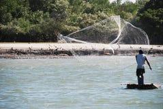 Ο ψαράς πετά το δίχτυ του Στοκ Εικόνα