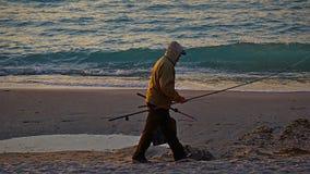Ο ψαράς πηγαίνει στην αποβάθρα να πιάσει έναν ταύρο, Οδησσός στοκ εικόνες με δικαίωμα ελεύθερης χρήσης