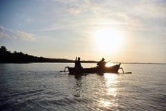 Ο ψαράς πηγαίνει τη σκιαγραφία στο ηλιοβασίλεμα/την ανατολή Στοκ Φωτογραφίες