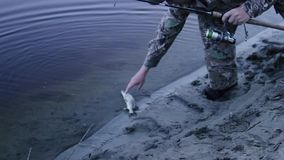 Ο ψαράς πιάνει τα ψάρια φιλμ μικρού μήκους