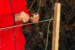 Ο ψαράς πλέκει τα δίχτυα του ψαρέματος Στοκ Εικόνα
