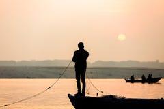 Ο ψαράς ρίχνει καθαρό στην ανατολή στον ποταμό του Γάγκη, Varanasi στοκ φωτογραφία με δικαίωμα ελεύθερης χρήσης