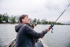 Ο ψαράς ρίχνει την περιστροφή στον ποταμό μια ηλιόλουστη ημέρα στοκ φωτογραφίες με δικαίωμα ελεύθερης χρήσης
