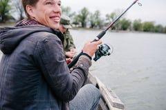 Ο ψαράς ρίχνει την περιστροφή στον ποταμό μια ηλιόλουστη ημέρα στοκ φωτογραφία