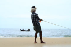 Ο ψαράς τραβά το αλιευτικό σκάφος του Στοκ εικόνα με δικαίωμα ελεύθερης χρήσης
