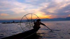 Ο ψαράς ` s βραδιού παρουσιάζει στη λίμνη Inle, το Μιανμάρ φιλμ μικρού μήκους