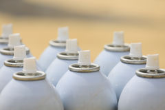 Ο ψεκασμός μπορεί στην εργασία βιομηχανίας, lubricator μπορεί για την εργασία βιομηχανίας, το χρώμα μπορεί μέσα και ψεκάζοντας ή  Στοκ Εικόνες