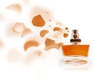 Ο ψεκασμός μπουκαλιών Erfume αυξήθηκε πέταλα Στοκ Φωτογραφίες