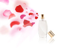 Ο ψεκασμός μπουκαλιών Erfume αυξήθηκε πέταλα Στοκ Εικόνες