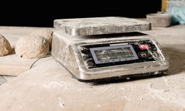 Ο ψηφιακός πίνακας βάρους που ψεκάστηκε με το αλεύρι, ψηφιακή κλίμακα εψέκασε το αλεύρι σε έναν ξύλινο πίνακα σε ένα αρτοποιείο Η Στοκ Φωτογραφία