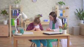 Ο ψυχολόγος γιατρών διδάσκει ένα αυτιστικό παιδί για να χρησιμοποιήσει ένα smartphone απόθεμα βίντεο