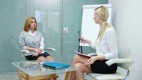 Ο ψυχολόγος γυναικών εξηγεί στο υπομονετικό σχέδιο για την επερχόμενη απόθεμα βίντεο