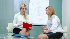 Ο ψυχολόγος είναι ακούοντας προσεκτικά γυναίκα πελατών που μιλά για τα προβλήματά της στη θεραπεία απόθεμα βίντεο