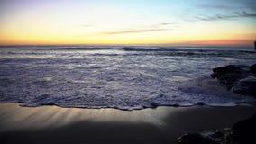 Ο ωκεανός είναι βαθιά μπλε, τα κύματα πλένονται από την αμμώδη παραλία της θερινής ακτής, οι ακτίνες του ήλιου φιλμ μικρού μήκους