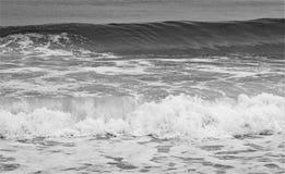 Ο ωκεανός πρήζεται σε γραπτό Στοκ Φωτογραφίες