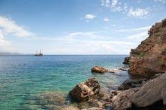 Ο ωκεανός σκαφών και οι βράχοι, μπλε κρουαζιέρα, Τουρκία, πόλη Bodruk Ortaken Στοκ φωτογραφία με δικαίωμα ελεύθερης χρήσης