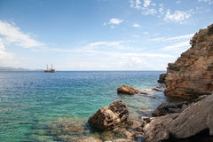Ο ωκεανός σκαφών και οι βράχοι, μπλε κρουαζιέρα, Τουρκία, πόλη Bodruk Ortaken Στοκ Φωτογραφίες