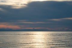 Ο ωκεανός στο σούρουπο Στοκ φωτογραφία με δικαίωμα ελεύθερης χρήσης