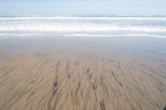 Ο ωκεανός συναντά το έδαφος και την κατασκευασμένη άμμο στοκ φωτογραφία με δικαίωμα ελεύθερης χρήσης