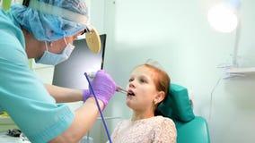 Ο ΩΤΟΡΙΝΟΛΑΡΥΓΓΟΛΟΓΙΚΟΣ παιδίατρος εξετάζει το παιδί, θεραπεία ασθενών χειρισμού, ΩΤΟΡΙΝΟΛΑΡΥΓΓΟΛΟΓΙΚΗ ασθένεια ασθενών θεραπείας φιλμ μικρού μήκους
