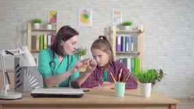 Ο ωτορινολαρυγγολόγος γιατρών εξηγεί στον κουφό έφηβο για την ενίσχυση ακρόασης φιλμ μικρού μήκους