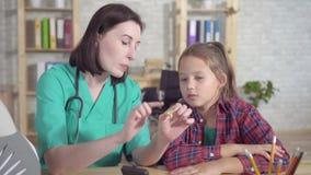 Ο ωτορινολαρυγγολόγος γιατρών εξηγεί στον κουφό έφηβο για την ενίσχυση ακρόασης γ απόθεμα βίντεο