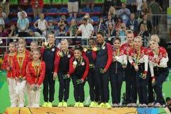 Ολόγυροι νικητές γυμναστικής ομάδων γυναικών στο Ρίο 2016 ομάδα Ολυμπιακών Αγωνών Κίνα (λ), ομάδα ΗΠΑ και ομάδα Ρωσία Στοκ εικόνα με δικαίωμα ελεύθερης χρήσης