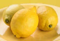 Ολόκληρα λεμόνια στον κίτρινο δίσκο Στοκ φωτογραφία με δικαίωμα ελεύθερης χρήσης