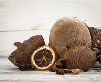 Ολόκληρα διεσπαρμένα καρύδια ξέσματα καρύδων στο ξύλινο υπόβαθρο Στοκ εικόνα με δικαίωμα ελεύθερης χρήσης
