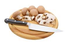 Ολόκληρα και τεμαχισμένα μανιτάρια κάστανων εν πλω με το μαχαίρι Στοκ εικόνες με δικαίωμα ελεύθερης χρήσης