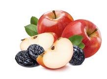 2 ολόκληρα κόκκινα μήλα, κομμάτια και ξηρά δαμάσκηνα Στοκ φωτογραφία με δικαίωμα ελεύθερης χρήσης