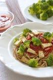 ολόκληρα μακαρόνια σιταριού με το λαχανικό - μπρόκολο, ντομάτα και tofu Στοκ Εικόνες