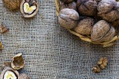 Ολόκληρα ξύλα καρυδιάς σε ένα καλάθι Στοκ Φωτογραφίες