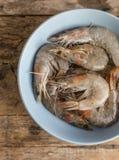 Ολόκληρα φρέσκα ακατέργαστα θαλασσινά γαρίδων στο κύπελλο Στοκ φωτογραφία με δικαίωμα ελεύθερης χρήσης
