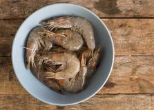 Ολόκληρα φρέσκα ακατέργαστα θαλασσινά γαρίδων στο κύπελλο Στοκ εικόνα με δικαίωμα ελεύθερης χρήσης