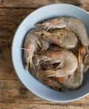 Ολόκληρα φρέσκα ακατέργαστα θαλασσινά γαρίδων στο κύπελλο Στοκ Εικόνες