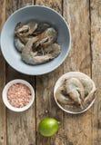 Ολόκληρα φρέσκα ακατέργαστα θαλασσινά γαρίδων στο κύπελλο Στοκ Εικόνα