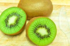 Ολόκληρα φρούτα ακτινίδιων και τα τεμαχισμένα τμήματά του που απομονώνονται στο λευκό Στοκ Εικόνες