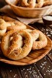 Ολόκληρα pretzels γεύματος με το σουσάμι και το άλας Στοκ Εικόνες
