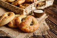 Ολόκληρα pretzels γεύματος με το σουσάμι και το άλας Στοκ εικόνα με δικαίωμα ελεύθερης χρήσης
