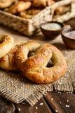 Ολόκληρα pretzels γεύματος με το σουσάμι και το άλας Στοκ Φωτογραφίες